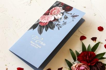 Menu ślubne w stylu glamour ze srebrnym tekstem – przygaszony niebieski kolor w połączeniu z burgundowo-różowym bukietem