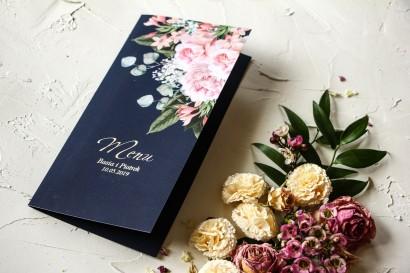 Granatowe Menu ślubne z piwonią w stylu glamour ze srebrnym tekstem – różowy bukiet piwonii na ciemnym tle