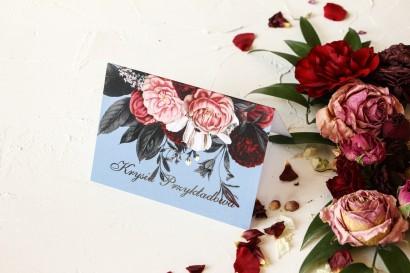 Winietki ślubne w stylu glamour ze srebrnym tekstem – przygaszony niebieski kolor w połączeniu z burgundowo-różowym bukietem