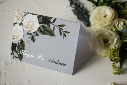 Winietki ślubne z białymi różami w stylu glamour ze srebrnym tekstem z dominującą barwą delikatnej szarości
