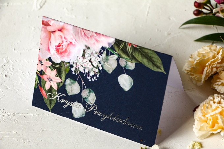 Granatowe Winietki ślubne z piwonią w stylu glamour ze srebrnym tekstem – różowy bukiet piwonii