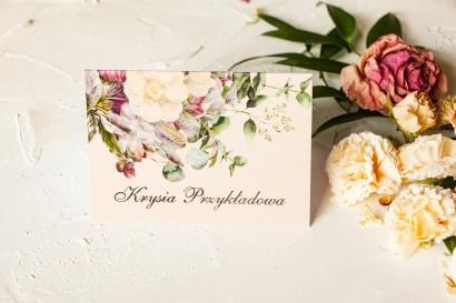 Kremowe Winietki ślubne w stylu glamour z delikatnym bukietem w stylu vintage – kremowe i różowe kwiaty