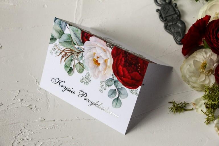 Winietki ślubne z burgundowymi i różowymi piwoniami w stylu glamour ze srebrnym tekstem
