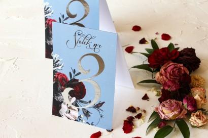 Numery stolików weselnych w stylu glamour ze srebrnym tekstem – przygaszony niebieski kolor