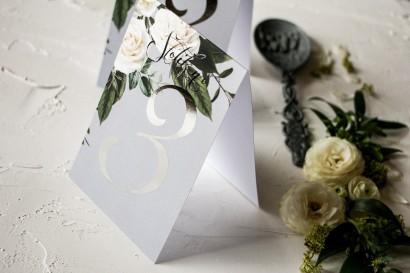 Numery stolików weselnych z białymi różami w stylu glamour ze srebrnym tekstem
