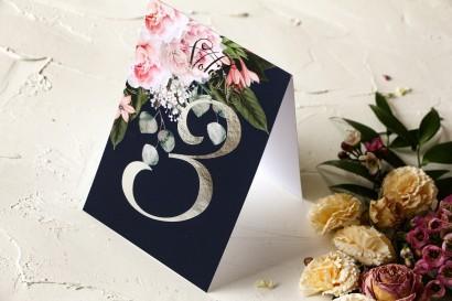 Granatowe Numery stolików weselnych z piwonią w stylu glamour ze srebrnym tekstem