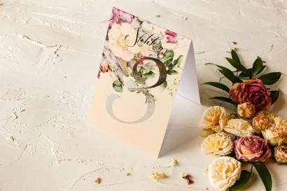 Kremowe Numery stolików weselnych ślubne w stylu glamour z delikatnym bukietem w stylu vintage