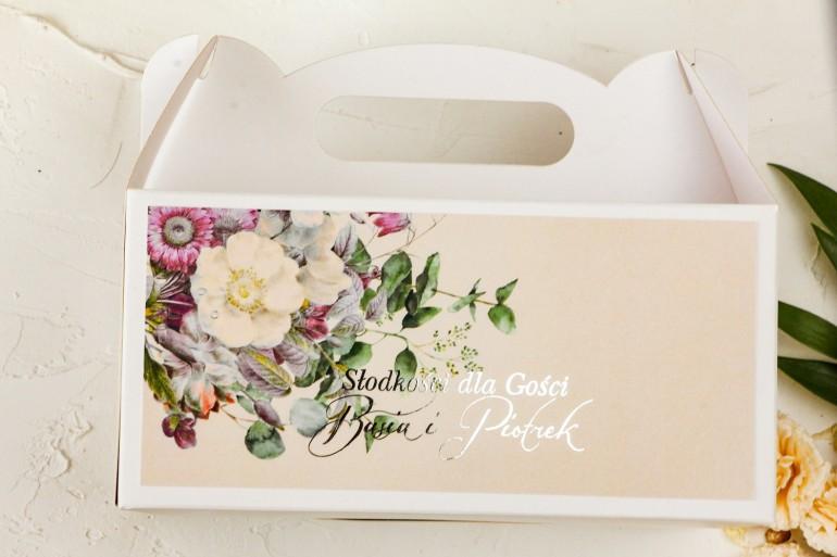 Kremowe Prostokątne Pudełko na Ciasto Weselne w stylu glamour z delikatnym bukietem w stylu vintage