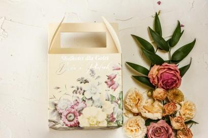 Kremowe kwadratowe Pudełko na Ciasto Weselne w stylu glamour z delikatnym bukietem w stylu vintage