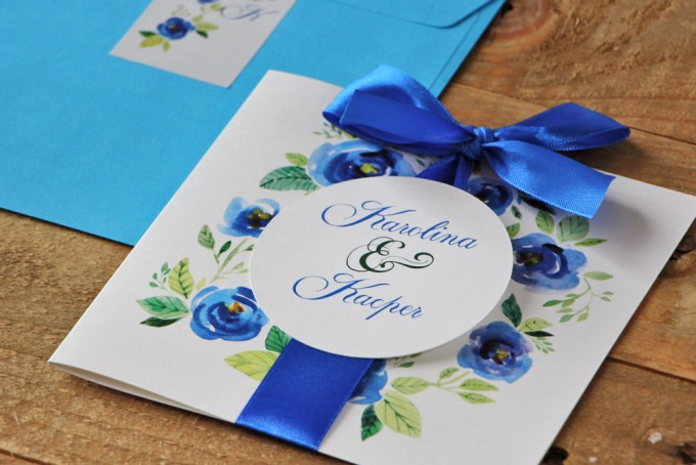 Zaproszenie ślubne z kokardą i kolorową kopertą - Akwarele nr 10 - Chabrowe kwiaty