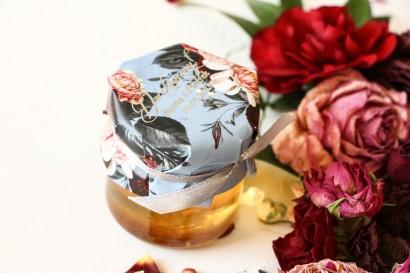 Słoiczek z miodem podziękowanie dla gości weselnych. Kapturek w stylu glamour ze srebrnym tekstem – przygaszony niebieski kolor