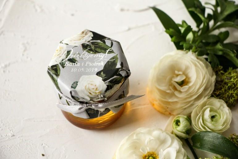 Słoiczek z miodem podziękowanie dla gości weselnych. Kapturek z białymi różami w stylu glamour