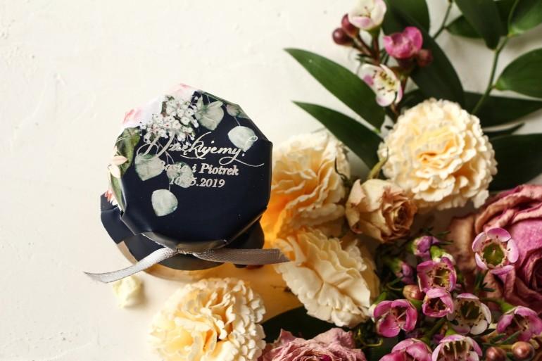 Słoiczek z miodem podziękowanie dla gości weselnych. Granatowy Kapturek z piwonią w stylu glamour