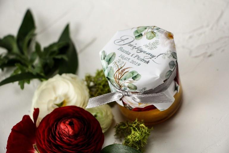 Słoiczek z miodem podziękowanie dla gości weselnych. Kapturek z burgundowymi i różowymi piwoniami w stylu glamour