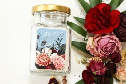 Świeczki - podziękowania dla gości weselnych. Etykieta w stylu glamour ze srebrnym tekstem – przygaszony niebieski kolor