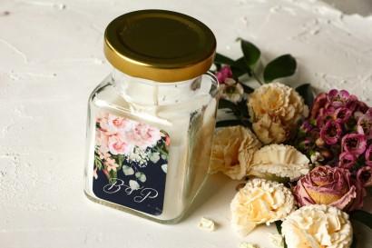 Świeczki - podziękowania dla gości weselnych. Granatowa etykieta z piwonią w stylu glamour ze srebrnym tekstem