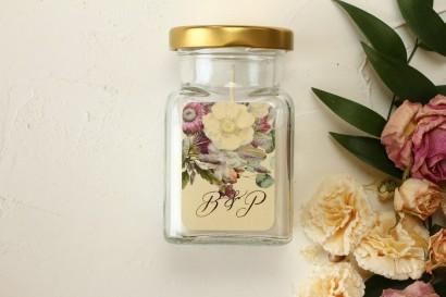 Świeczki - podziękowania dla gości weselnych. Kremowa etykieta w stylu glamour z delikatnym bukietem w stylu vintage