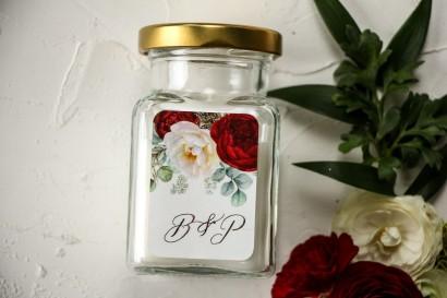 Świeczki - podziękowania dla gości weselnych. Etykieta z burgundowymi i różowymi piwoniami w stylu glamour ze srebrnym tekstem