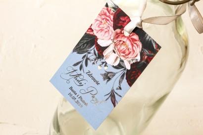 Zawieszki na butelki weselne w stylu glamour ze srebrnym tekstem – przygaszony niebieski kolor
