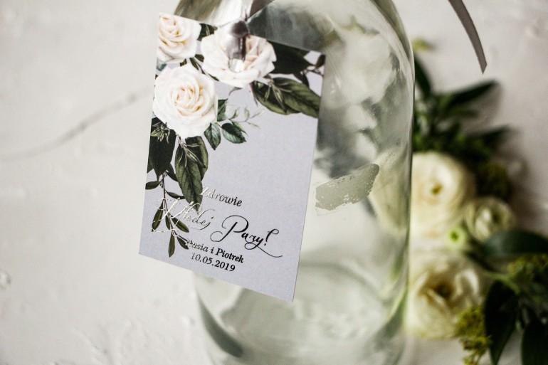 Zawieszki na butelki weselne z białymi różami w stylu glamour ze srebrnym tekstem z dominującą barwą delikatnej szarości