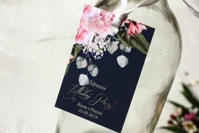 Granatowe zawieszki na butelki weselne z piwonią w stylu glamour ze srebrnym tekstem