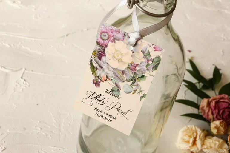 Kremowe zawieszki na butelki weselne w stylu glamour z delikatnym bukietem w stylu vintage