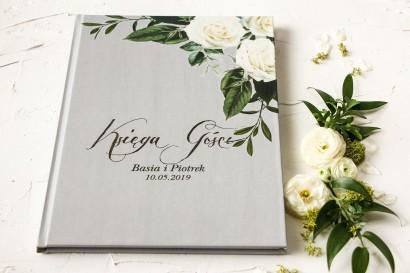 z białymi różami w stylu glamour ze srebrnym tekstem z dominującą barwą delikatnej szarości
