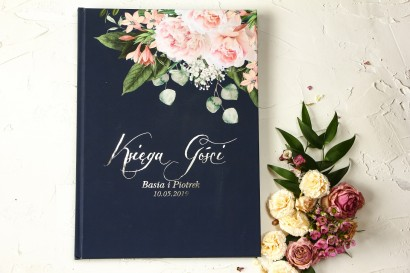 Granatowa Weselna Księga Gości z piwonią w stylu glamour ze srebrnym tekstem