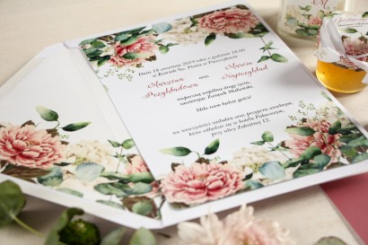 Białe zaproszenia ślubne z dodatkiem różowych i białych piwonii
