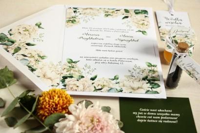 Zaproszenia ślubne w stylu greenery z białymi piwoniam