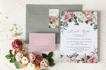 Różowe zaproszenia ślubne z różami i delikatnymi białymi hortensjami oraz z zielonymi gałązkami