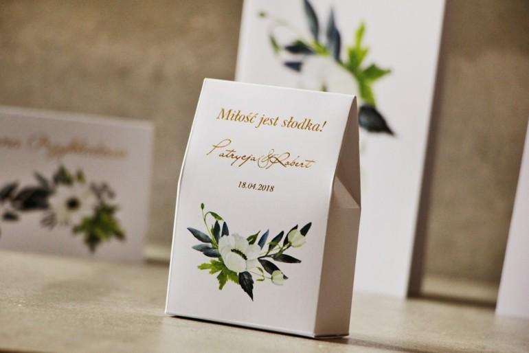 Pudełeczka ślubne ze złoceniem na słodkości dla gości weselnych, z białymi anemonami, granatem i zielenią.