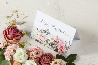 Różowe Winietki ślubne z różami i delikatnymi białymi hortensjami oraz z zielonymi gałązkami