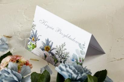 Zimowe Winietki ślubne z delikatnym, pastelowym motywem białych róż, cedru i liści eukaliptusa