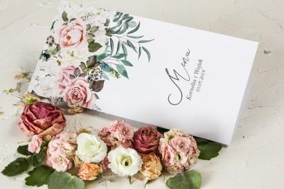 Różowe Menu weselne z różami i delikatnymi białymi hortensjami oraz z zielonymi gałązkami