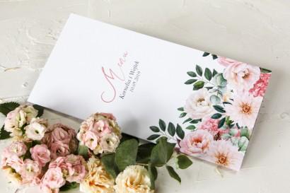 Różowe Menu Weselne z różowymi piwoniami i daliami. Kompozycja uzupełniona zielonymi gałązkami