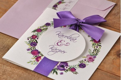 Zaproszenie ślubne z kokardą i kolorową kopertą - Akwarele nr 11 - Kwiaty w różnych barwach fioletu