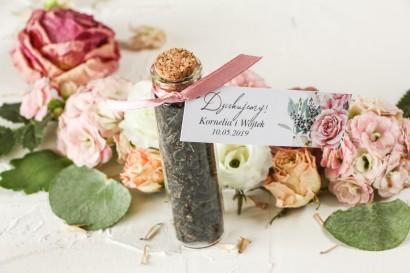 Podziękowania dla Gości w postaci buteleczek z herbatą, przywieszka z różami i delikatnymi białymi hortensjami