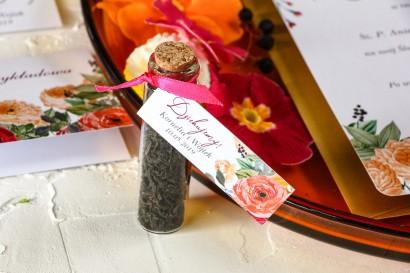 Podziękowania dla Gości w postaci buteleczek z herbatą, przywieszka z pomarańczowymi i amarantowymi różami
