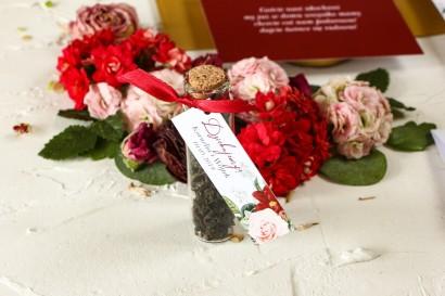Podziękowania dla Gości w postaci buteleczek z herbatą, przywieszka z bordowymi daliami i pastelowymi różami