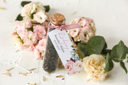 Podziękowania dla Gości w postaci buteleczek z herbatą, przywieszka z różowymi piwoniami i daliami