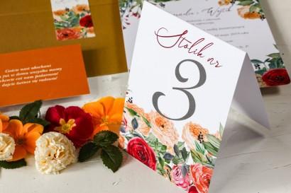 Numery stolików weselnych z pomarańczowymi i amarantowymi różami