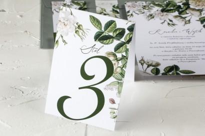 Zielone Numery stolików weselnych z białymi różami i delikatnymi zielonymi gałązkami