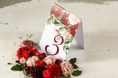 Numery stolików weselnych z bordowymi daliami i pastelowymi różami