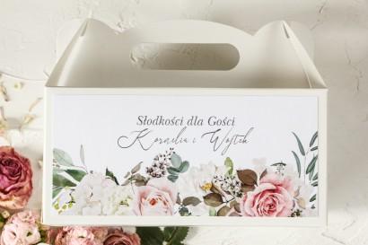 Podziękowanie dla gości weselnych, prostokątne pudełka na ciasto z różami i delikatnymi białymi hortensjami