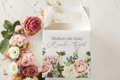 Różowe Pudełko na Ciasto Weselne z różami i delikatnymi białymi hortensjami oraz z zielonymi gałązkami