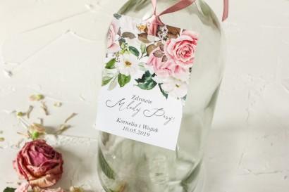 Zawieszki na butelki weselne z różami i delikatnymi białymi hortensjami oraz z zielonymi gałązkami