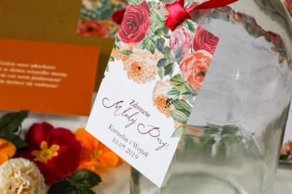 Zawieszki na butelki weselne z pomarańczowymi i amarantowymi różami