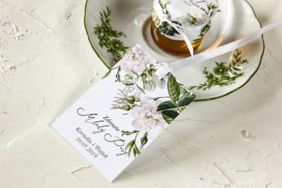 Zielone Zawieszki na butelki weselne z białymi różami i delikatnymi zielonymi gałązkami