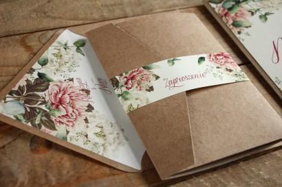 Ekologiczne zaproszenia ślubne z białymi i różowymi piwoniami, etui z kieszonką na bilecik, całość spięta obwolutą z grafiką